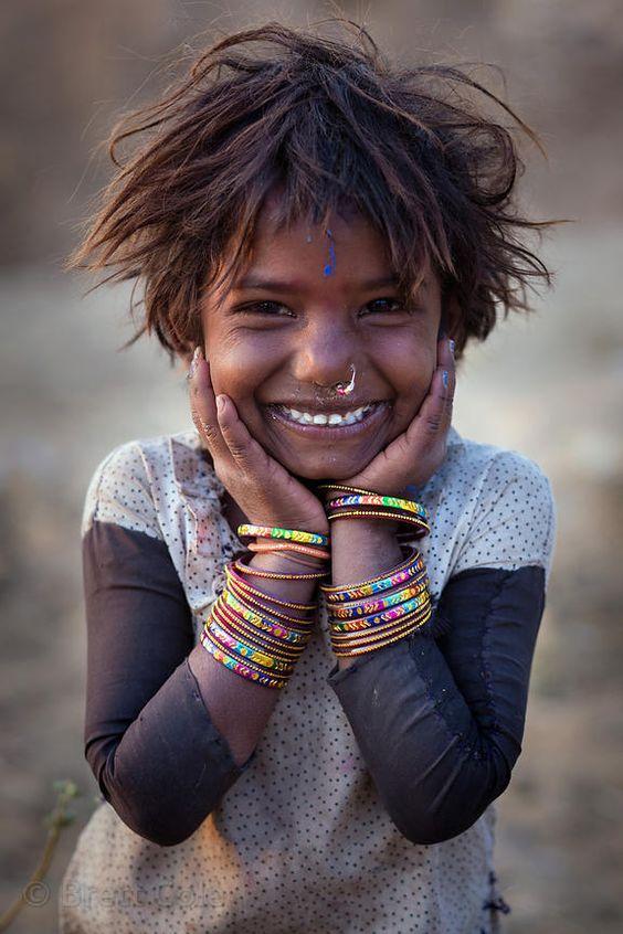"""""""Je t'enseigne : SEULE LA JOIE EST SÛRE. Pour tout il y a une explication. Pour la joie il n'y en a pas. Nous ne savons pas dire pourquoi nous nous réjouissons, mais c'est là notre service."""" extrait Dialogues avec l'ange/////////////A girl from the Kalbelia gypsy caste in the desert, Pushkar, Rajasthan, India"""