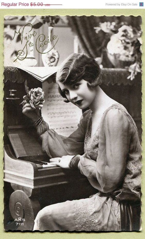 Original French vintage real photo postcard - Flapper art deco lady sitting at the piano - Victorian Paper Ephemera. Repinned by www.lecastingparisien.com