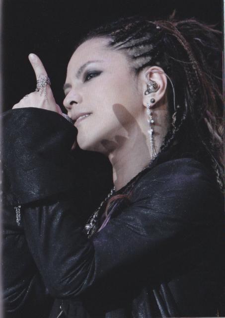 長いピアスを付けているドレッドヘアーのL'Arc〜en〜Ciel・hydeの画像