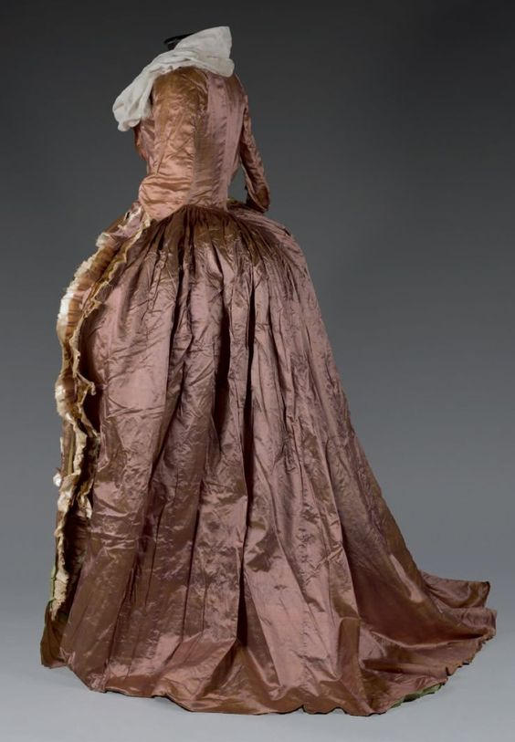 Robe à l'anglaise, vers 1789. Satin de soie changeante vieux rose et bronze.