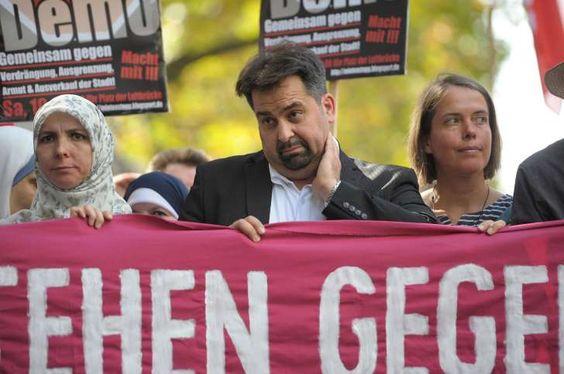 Aiman Mazyek nimmt an einer Demonstration gegen Austeritätspolitik und Rassismus in Berlin teil. Mit dabei Kopftuch-Trägerinnen.