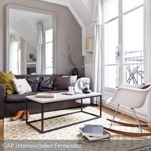Wer einen Designklassiker im Wohnzimmer kombiniert, erhält meist ein schickes Ensemble. Dieser Raum wird durch den fast deckenhohen Wandspiegel optisch…