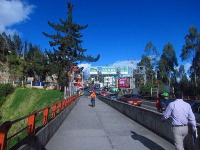 caminar por rumichaca entre Ecuador y Colombia es muy popular entre los locales