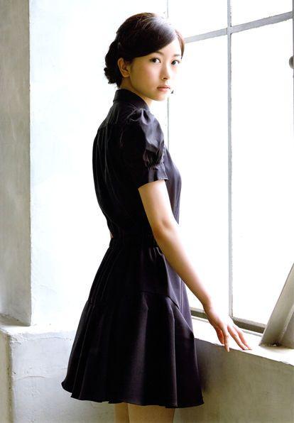 黒い衣装の佐々木琴子
