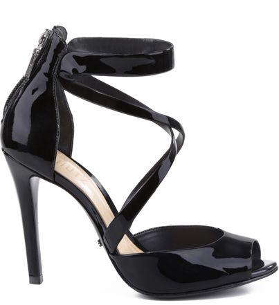Tiras com cortes sinuosos garantem uma pegada ousada para seus pés neste inverno. O mix de delicadeza e sensualidade garantem uma sandália de tirar o fôlego, que combina com os mais variados estilos.