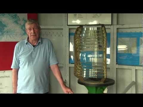 """Das berühmteste Wahrzeichen der Gemeinde #Krummhoern - wenn nicht sogar von ganz #Ostfriesland - ist sicherlich der #Pilsumer #Leuchtturm. Und das aus gutem Grund, erlangte er doch in dem Film """"Otto - Der Film"""" große Berühmtheit und sticht mit seiner ungewöhnlichen Bemalung aus der Reihe der anderen Leuchttürme heraus. Um mehr über diesen Turm zu erfahren, haben die #Watt-Report Gisbert Wiltfang, seines Zeichens Oberdeichrichter, getroffen und interviewt. #WattWiki"""