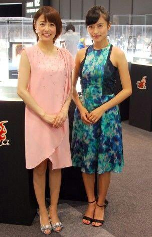 ピンクドレスの小林麻耶