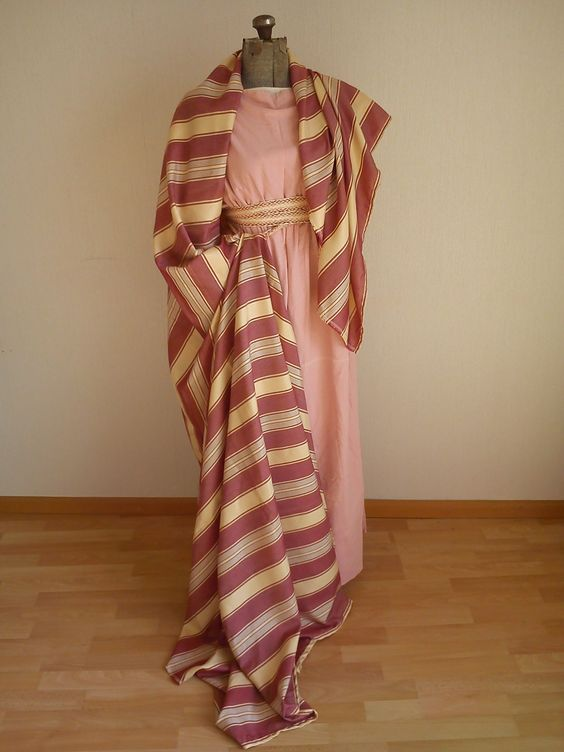 Roman dress (stola and palla) of soft pink linnen. This set is accompanied by a veil and stephane as seen in the picture below.