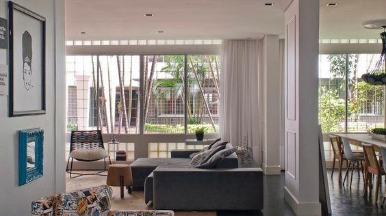 O Apartamento Higienópolis, em São Paulo, foi comprado por um casal de publicitários antenados, que queria um espaço amplo e acolhedor e, ao mesmo tempo, cheio de itens para lembrar a história do edifício datad