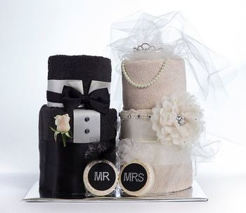 ダイパーではなく、「タオル・ケーキ」もあるのをご存知ですか?海外では、結婚式を祝うウェディング・シャワーと呼ばれるイベントで、タオルで作ったケーキを贈るのは良くある光景。今回は、それを出産祝いにも活用して、ふわふわしたケーキをプレゼント候補にしてみてはいかがでしょうか。: