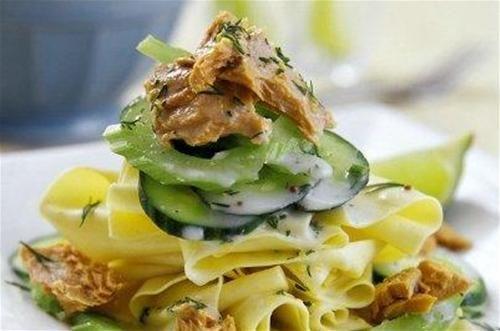 Faites cuire les feuilles de lasagne à l'eau bouillante avec une cuillère à soupe d'huile d'...