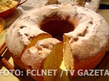 Receita de bolo de fubá caipira - Massa, 2 xícaras (chá) de açúcar, 2 xícaras (chá) de fubá, 2 xícaras (chá) de farinha de trigo, 5 ovos (clara separada), 1 vidro pequeno de leite de coco, 1 xícara (chá) de manteiga ou margarina, 1 colher (sopa) de fermento em pó, 1 colher (chá) de raspa de limão ou erva doce, Decoração, Açúcar para polvilhar