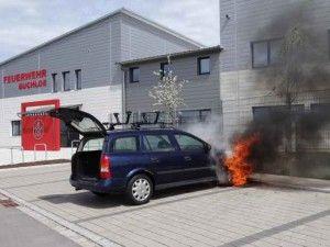 Brennender Pkw wird auf Parkplatz neben der Feuerwehr gefahren http://www.feuerwehrleben.de/brennender-pkw-wird-auf-parkplatz-der-feuerwehr-gefahren/ #feuerwehr #buchloe #feuer
