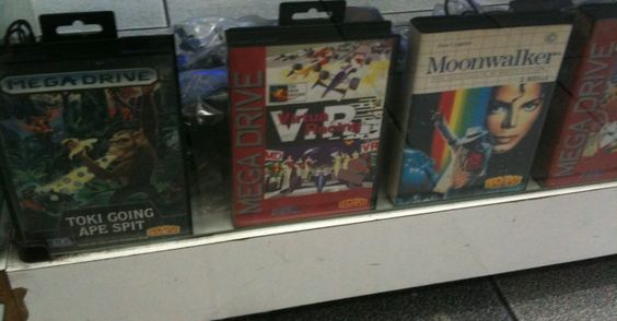 "Toki"" e ""Virtua Racing"", do Mega Drive, ao lado de ""Moonwalker"", do Master System"