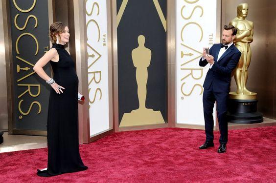 Pin for Later: Diese Oscars-Fotos bringen euch garantiert zum Lachen  Jason Sudeikis hielt seine schwangere Frau, Olivia Wilde, auf dem roten Teppich bildlich fest.
