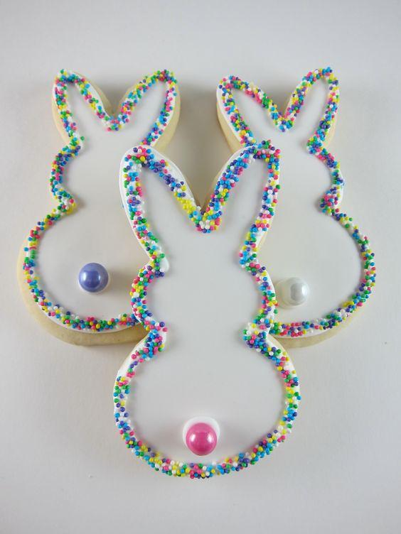 Biscotti pasquali a forma di coniglio con una decorazione abbastanza semplice