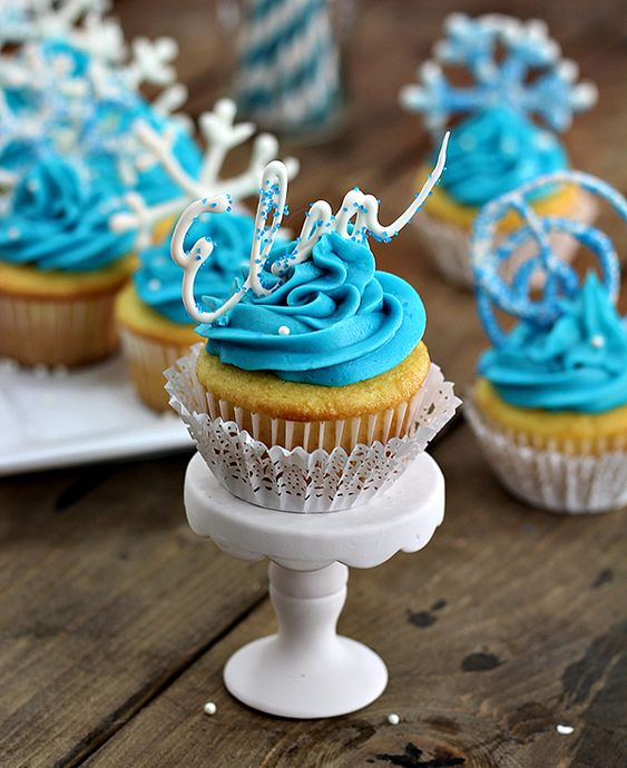 Cute Frozen Cupcakes - Perfect for a Birthday Party!  This post includes a Printable Template for the snow flakes!