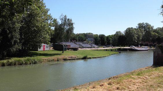 Les gradins du spectacle en son et Lumières se montent sur le superbe site du Port Canal des Deux Mers de Valence d'Agen. Merci au Centre Technique de la Commune.