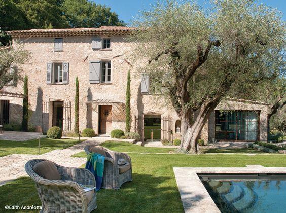 Entouré d'oliviers centenaires, un vieux mas cultive l'authenticité et le naturel. Restauré avec élégance, il conserve intacte la mémoire du passé, inscrite dans les vieux murs de pierre.: