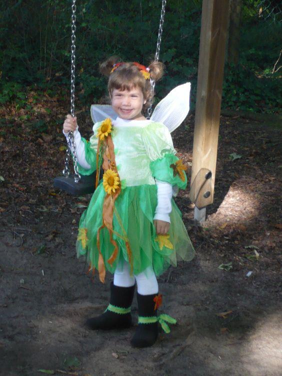Hier ist jemand mächtig stolz auf das Waldfeekostüm von Nicole - zurecht!