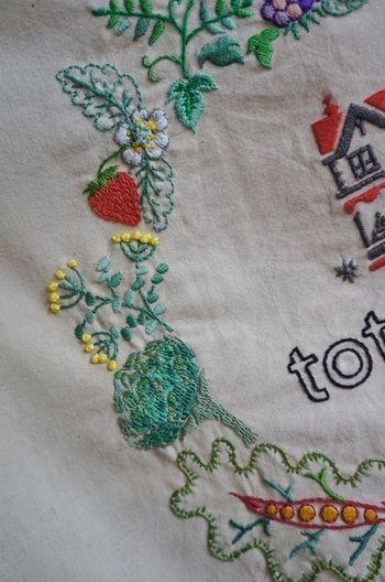 こちらはご友人、料理家の黄川田としえさんのために作られた作品。丁寧に刺繍された苺や菜の花、相手を思って作られた品からは愛情を感じますよね。