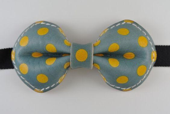 牛革の蝶ネクタイです。 サイズは横11×縦5.5になっています 染色により柄をつけています 基本的に色落ちは押さえられないものとされていますので ...|ハンドメイド、手作り、手仕事品の通販・販売・購入ならCreema。
