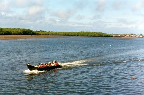 The Tumaco to San Lorenzo crossing is mostly made on boats but is frequently closed due to social conflicts in the area.
