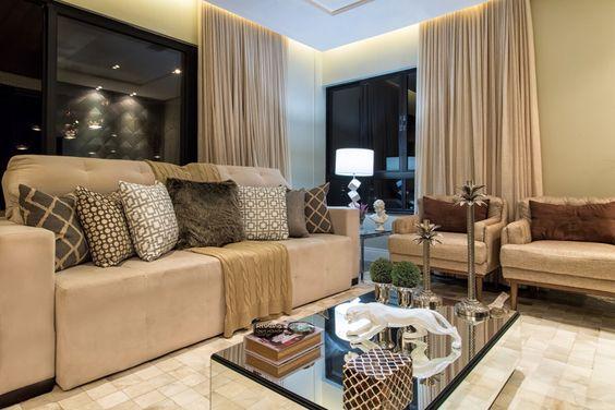 Sala elegante e acolhedora! Uso de almofadas com texturas variadas, respeitando a paleta de cores.