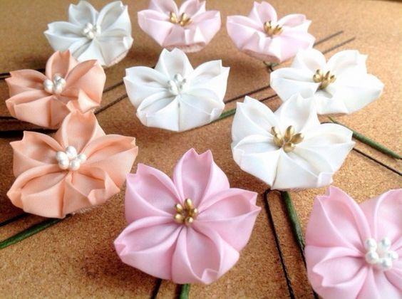 舞妓さんのかんざしに使われる「つまみ細工」。  小さな布を、折り紙のようにたたんで、お花や蝶を作る伝統工芸です。  着物や浴衣、晴れの日にも使える伝統的なモチーフである「桜」を、4色おつくりしました。  桜というと春ですが、日本の国花ですので、実際は年間を通じて身につけて良いそうですよ。  ハート型の花弁も愛らしい、集めたくなるような可愛さです。  裏面も、見えても可愛いように縮緬というシボ(でこぼこ)のある生地でくるんでいます。  花芯は金色(マットゴールド)と、パールのような光沢のある白の2種類。 (両タイプの写真が無いお色もありますが、製作いたします)  ヘアアレンジに使いやすいUピンでお作りしました。 ヘアピンと違い、お花の向きを調節できて便利です。  ①桃色:桜らしい華やかなお色。  ②薄桃:肉眼ですともう少しピンクに見えます。ごく薄い桃色。  ③白:夜のお出かけにも映える純白です。  ④赤香(あかこう):オレンジがかったサーモンピンク。ピンクは苦手、という方にもお勧めのあっさりしたお色。  素材:キュプラ 裏面土台:薄桃色のちりめん…