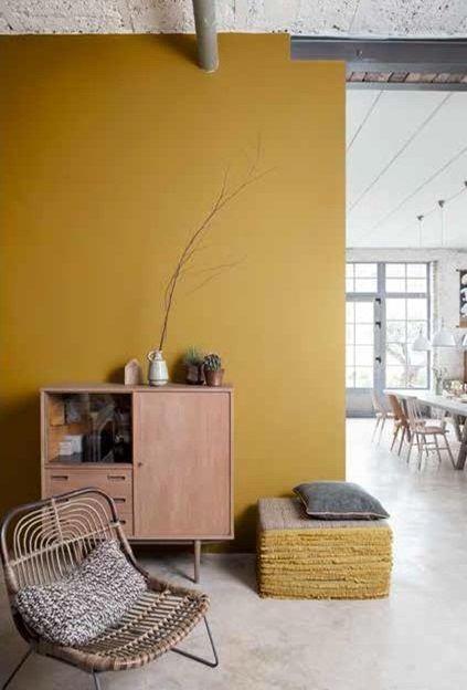 Geef een kleurboost aan je interieur foto gele muur rustiek gietvloer - Deco originele muur ...