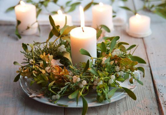 Pour la table de Noël : une couronne végétale (gui et sapin) et une bougie... effet garanti !