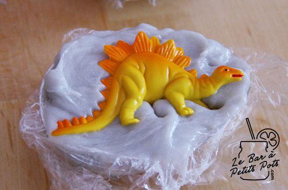 Petit projet idéal à réaliser avec des enfants : des savons surprises en forme d'oeufs de dinosaure. Que des ingrédients naturels. C'est simple, ludique, et ça peut éventuellement leur donner envie de se laver correctement les mains ! ;)