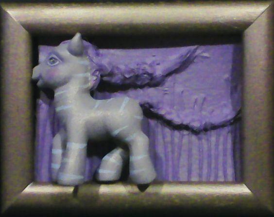 Quadro com relevo   poney dourado
