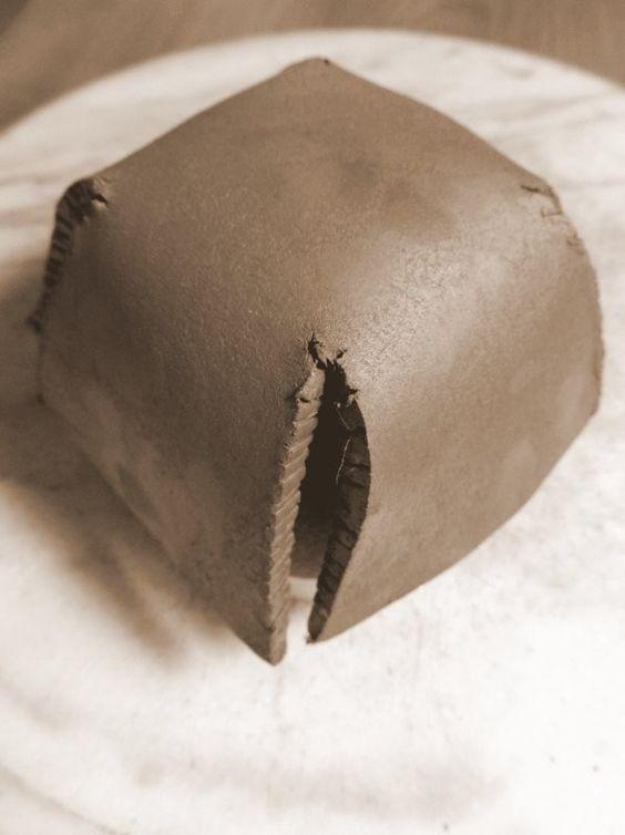 Poterie / Céramique : Techniques de façonnage à la main : Réaliser un bol avec la technique de la plaque. Etape 5: Poser la plaque de terre coupée et striée sur le moule en plâtre couvert d'un tissu fin (nylon)