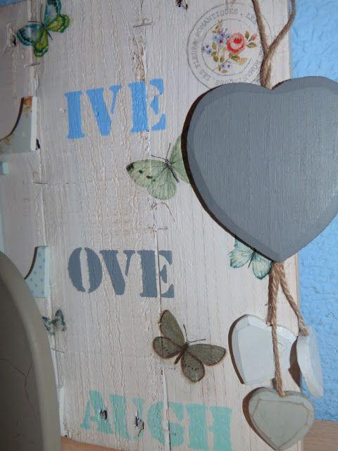 Cuadro realizado con tablas de palet, letras decoradas, estarcido y decoupage