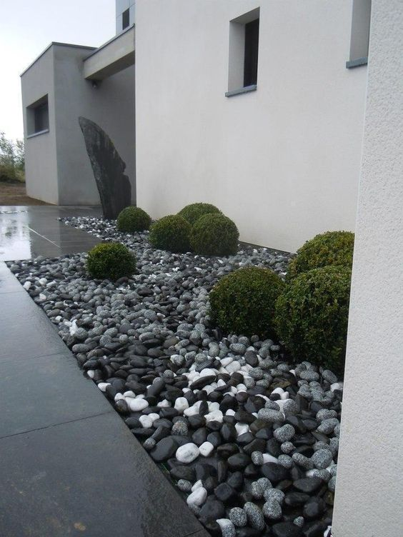 Entree contemporaine avec menhir en ardoise am nagement for Ardoise decorative jardin