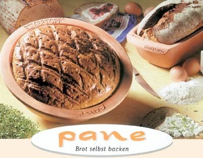 RÖMERTOPF® Brot selbst backen  Die Brotbackschale Pane ermöglicht jetzt allen ihr Brot auf natürliche Art und Weise selbst zu backen.  Mit Pane, der Naturton-Backform können Sie Brot in vielen verschiedenen Varianten ausprobieren. Das Besondere an Pane ist, dass die gewässerte Backform für die optimale Luftfeuchtigkeit im Backofen sorgt. Dadurch wird Ihr Brot ganz besonders knusprig.  Ein paar Rezepte zum Ausprobieren liegen jeder Backform bei.  Selbstverständlich können Sie auch einen…