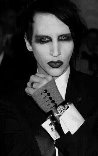 拳を作るMarilyn Manson