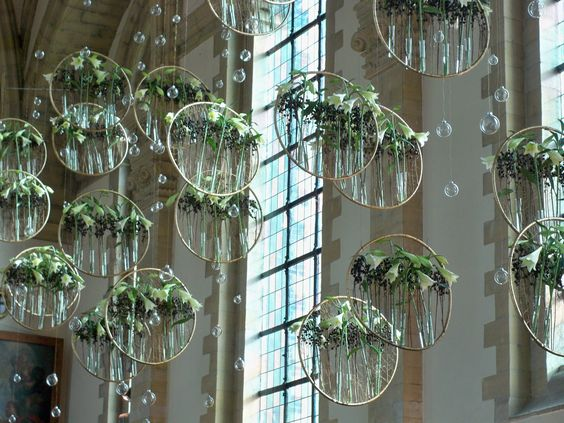 The designer is Felix Geiling-Rasmus, a young German who was trained by Gregor Lersch, one of Europe's most highly respected florists. The design consisted of rings of varios sizes, gold in colour, with test tubes holding white Eucharis lilies (?).and black berries.