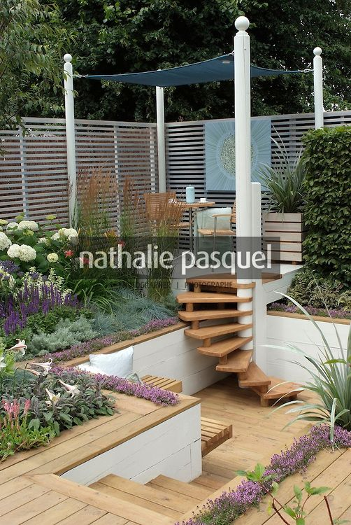 Jardin contemporain terrasse sur lev e avec descente d 39 escalier vers te - Terrasse avec escalier ...