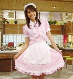 本田朋子メイドに扮して可愛いポーズと笑顔