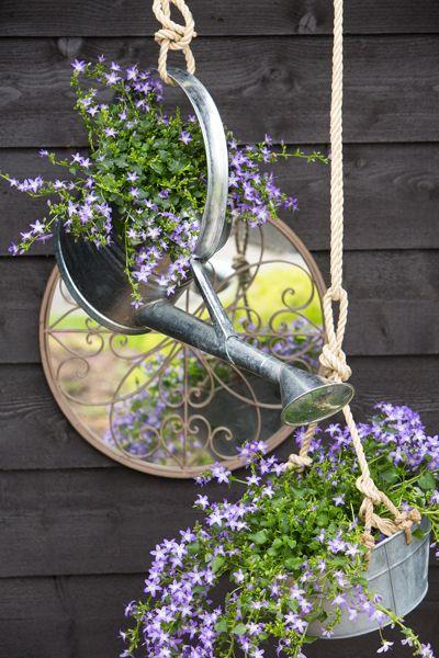 Creëer je eigen 'Cottage Garden' met een overdadige mis van kleuren, soorten, hoogtes en altijd bloeiende #bloemen en natuurlijk materialen.