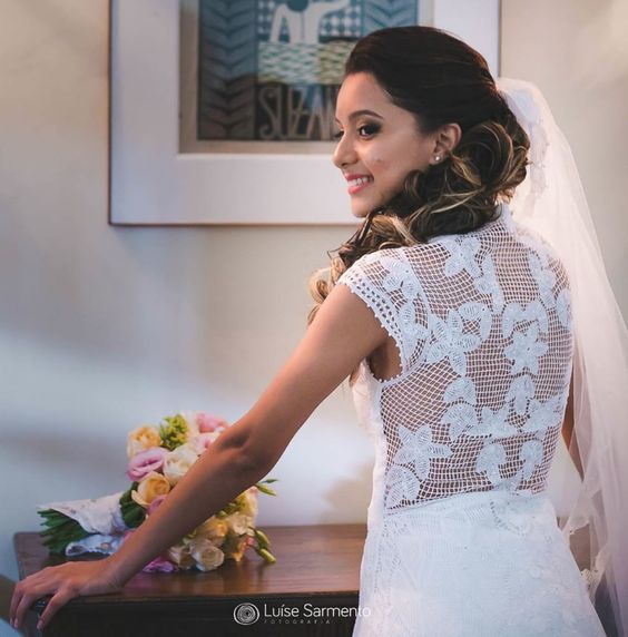 Riqueza em detalhes! Sim, na foto um vestido de noiva feito de Renda Renascenca by @renascenca.agreste  .  Informações@renascenca.agreste direto no #guiadefornecedores do FORMULÁRIO DE PEDIDO DE ORÇAMENTO ONLINE via APP! #noivasdobrasil #parceirosdoblog #fornecedores #ndbindica