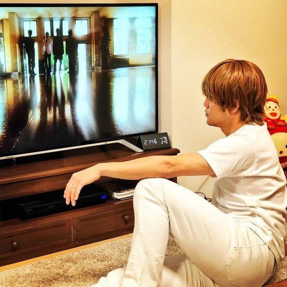 テレビを見るおばたのお兄さん