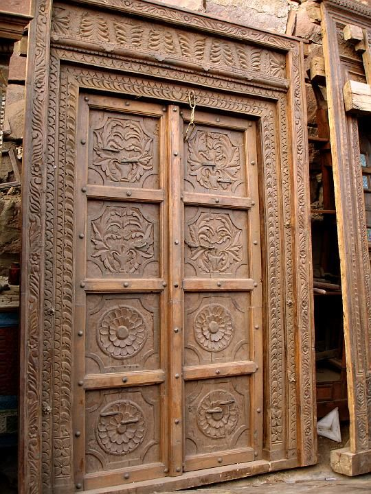 Puerta antigua de madera grabada old engraved wooden for Puertas de madera antiguas