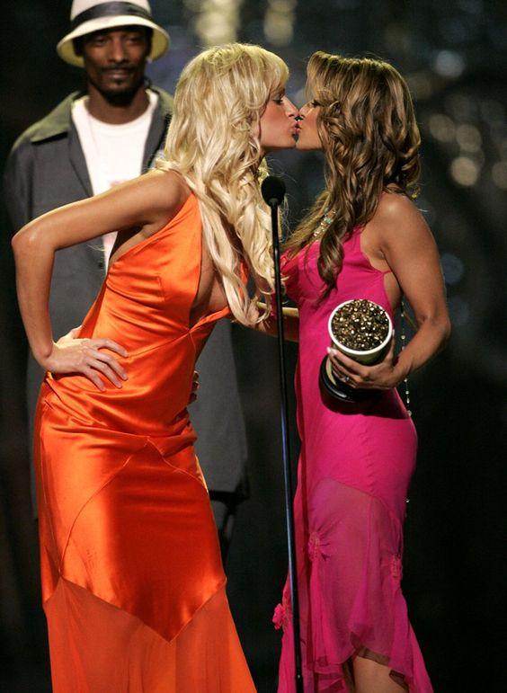 Pin for Later: Revivez en images les meilleurs baisers de cinéma récompensés aux MTV Movie Awards ! Owen Wilson, Carmen Electra, et Amy Smart, 2004 Carmen et Paris Hilton se sont smackées en recevant leur récompense, sous le regard hébété et ravi de Snoop Dogg.