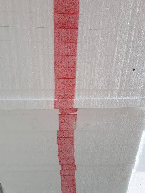 A falra való polisztirol piros csíkkal van ellátva.