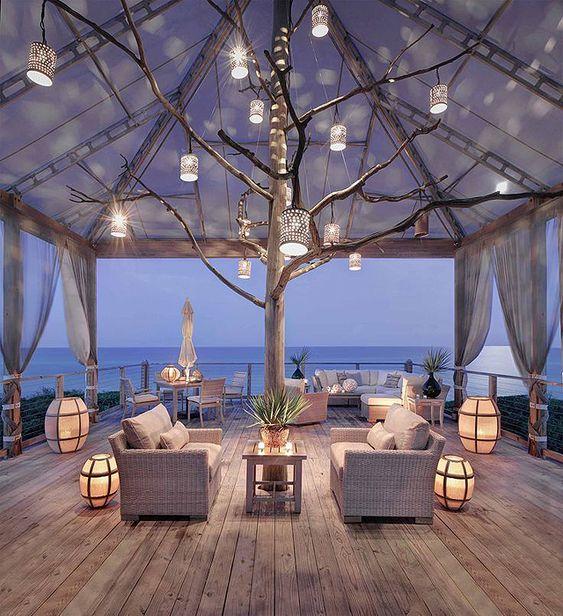 Décoration d'une terrasse romantique en bord de mer