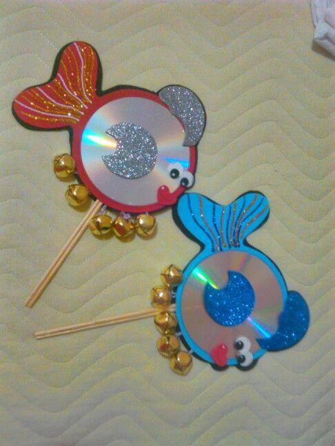 Chocalho de peixinhos de CD usado e eva com guizos