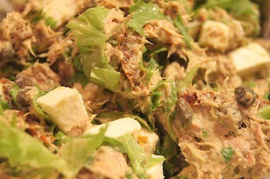 Oppskrift - Tunfisksalat med avokado-, dill- og kapersdressing